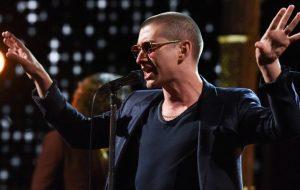 Alex Turner ficou careca (!) e foi pra TV divulgar o novo disco do Arctic Monkeys