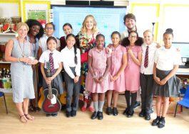Adele faz visita a coral de escola e pega crianças de surpresa!