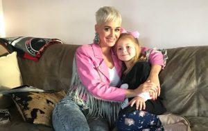 Na Austrália, Katy Perry visita fã que não pôde ir ao seu show devido a problemas de saúde