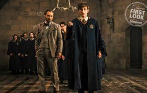 """Dumbledore e Newt Scamander estão em Hogwarts em imagem inédita de """"Animais Fantásticos 2"""""""