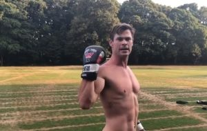 Chris Hemsworth tá malhando sem camisa pra fazer o novo MIB!