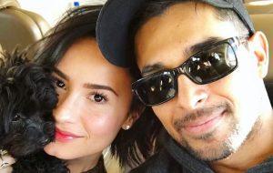 Revista diz que Demi Lovato está melhorando e recebe visitas do ex, Wilmer Valderrama, todos os dias