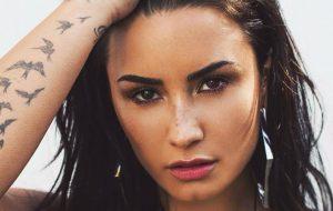 """""""Acordada e responsiva"""", diz tia de Demi Lovato nas redes sociais"""