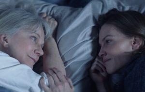 """Hilary Swank toma conta da mãe com Alzheimer no trailer emocionante de """"What They Had"""""""