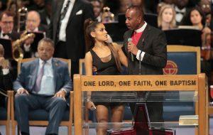 Internet se manifesta sobre assédio de bispo a Ariana Grande durante funeral de Aretha Franklin