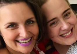 Adele homenageia melhor amiga após diagnóstico de depressão pós-parto <3