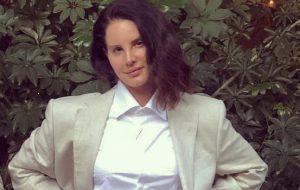 Lana Del Rey de terno atualizou as definições de estilo