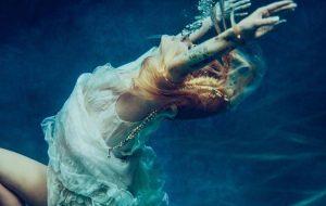 Agora vai! Avril Lavigne divulga primeira imagem promocional do novo single, Head Above Water