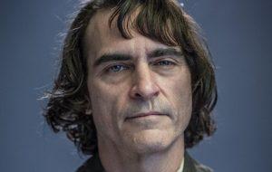 Já tem foto do Joaquin Phoenix caracterizado como o Coringa (mas antes de se tornar o vilão)!