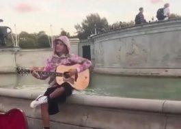 Todo romântico, Justin Bieber faz serenata para Hailey Baldwin em Londres; vem ver!
