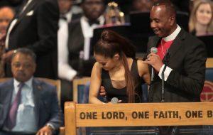 Bispo acusado de assédio a Ariana Grande durante funeral de Aretha Franklin pede desculpas