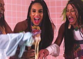 Linn da Quebrada chama as amigas pra uma aulinha de culinária no clipe de Coytada; vem assistir!