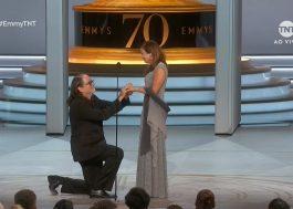 Rolou um pedido de casamento no Emmy! Foi lindo!