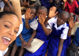 """Rihanna escreve artigo poderoso: """"Pobreza e sexismo impedem que bilhões de crianças recebam educação"""""""