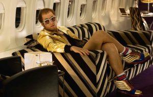 Olha esse Taron Egerton como Elton John na primeira imagem de Rocketman!