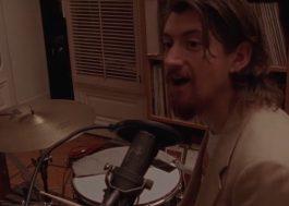 Arctic Monkeys mostra bastidores da gravação do novo disco em documentário; assista!