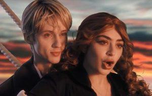 Troye Sivan e Charli XCX estão cheios de referências noventistas no clipe de 1999
