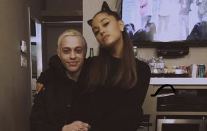 Ariana Grande devolve aliança de 100 mil dólares para Pete Davidson, diz TMZ