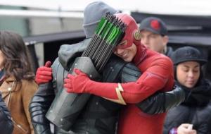 Shipamos! The Flash e Arqueiro Verde se abraçam em set do novo crossover