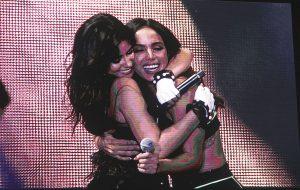 Camila Cabello leva Anitta ao palco e mostra todo a força e o amor pelo Brasil em show