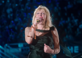 Courtney Love canta Celebrity Skin com 1.500 músicos; vem ver