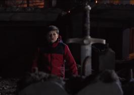 Garoto encontra espada de Rei Arthur em trailer de O Menino Que Queria Ser Rei