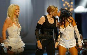 Christina Aguilera diz que se sentiu ignorada em beijo do VMA 2003 com Madonna e Britney