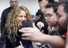 Shakira está entre nós! Cantora chega para shows no Brasil e dá atenção aos fãs