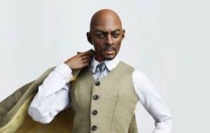 Fizeram um boneco do Idris Elba, mas não tá muito parecido com ele….