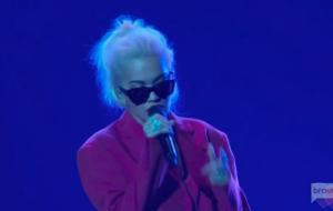 Rita Ora sobe ao palco do People's Choice Awards 2018 para cantar Let You Love Me!