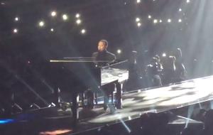 John Legend canta U2 no piano, faz homenagem ao ativista Bryan Stevenson e é ovacionado de pé no PCA 2018!