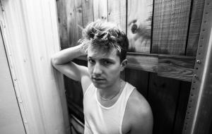 Charlie Puth diz que ficará um longo tempo longe das redes sociais para compor novo álbum