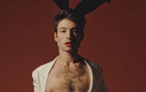 Pessoa maravilhosa: Ezra Miller posa como coelhinho da Playboy