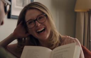 Julianne Moore está maravilhosa e à procura de um novo amor no 1º trailer de Gloria Bell!