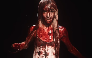 Poppy lança clipe ~conceitual com direito a banho de sangue; vem ver já!
