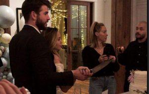 Miley Cyrus e Liam Hemsworth casam em segredo com cerimônia em família