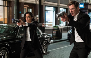 Chris Hemsworth e Tessa Thompson aparecem em ação na 1ª foto de MIB Internacional