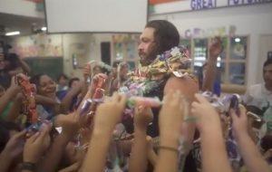 Jason Momoa leva crianças do Havaí para ver 'Aquaman' e se emociona em estreia