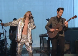 Poderosíssima, Miley Cyrus toca Nothing Breaks Like a Heart e Happy Xmas no SNL; vem ver!