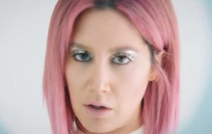 Ashley Tisdale lança clipe de Love Me & Let Me Go com muito drama e cabelo rosa