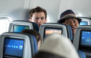 Nova foto oficial de Homem-Aranha: Longe de Casa mostra Peter e Ned dentro de um avião