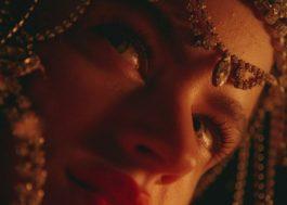 Com motocicletas em chamas e muito flamenco, Rosalía lança clipe para DE AQUI NO SALES
