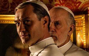 Jude Law e John Malkovich estão na primeira foto de The New Pope; vem ver!