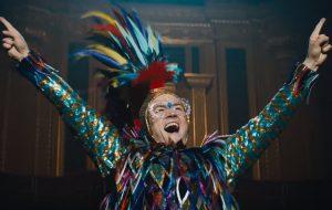 "Elton John lida com a fama no novo trailer arrepiante de ""Rocketman""!"