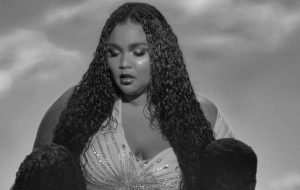 "Lizzo lança novo single poderoso; vem ouvir ""Cuz I Love You"""