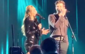 Shawn Mendes e Miley Cyrus homenageiam Dolly Parton no Musicares Person of the Year
