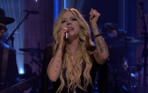 "Avril Lavigne canta ""Head Above Water"" ao vivo no programa do Jimmy Fallon"