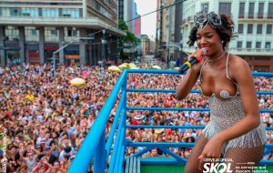Rainha do bloco do Papelpop, IZA canta para multidão no centro de SP