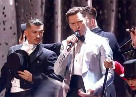 "Hugh Jackman lidera pirâmide humana ao cantar ""The Greatest Show"" no BRIT Awards; vem ver!"