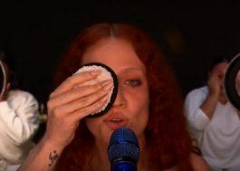 """Jess Glynne e H.E.R. cantam """"Thursday"""" e deixam mensagem sobre o amor próprio no BRIT Awards"""